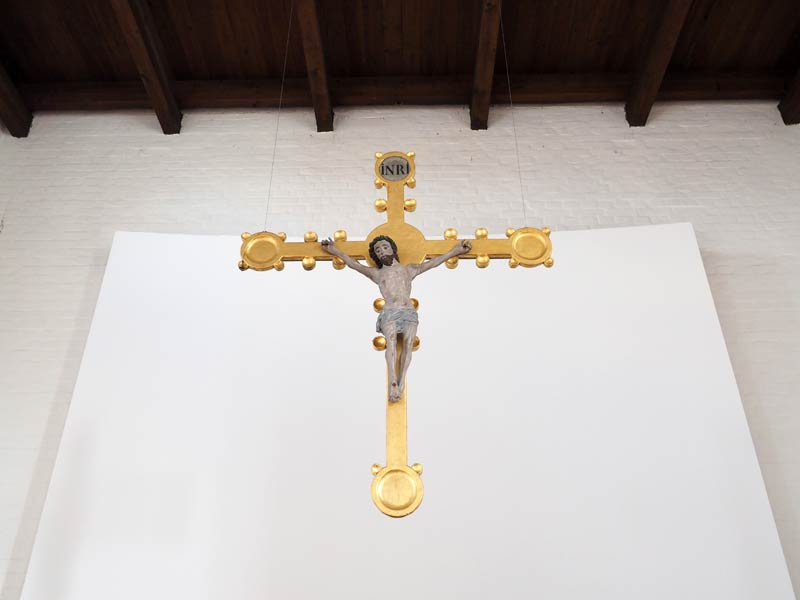 Kruzifix über dem Altar